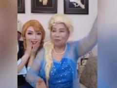 77岁奶奶cos冰雪奇缘过儿童节 这真是很棒的儿童节